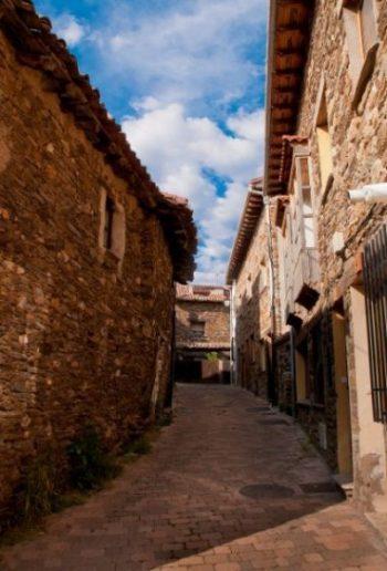 Calle típica del pueblo de Montejo de la Sierra